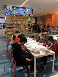 上海ららぽーと|老若男女がガンプラ作りに夢中
