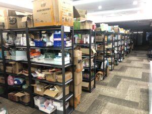ライブコマースの倉庫に販売商品が山積み